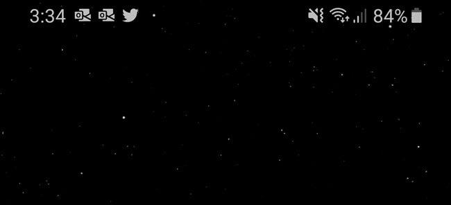 Верхняя панель экрана Android, показывающая символ WiFi, время работы от батареи и другие уведомления.