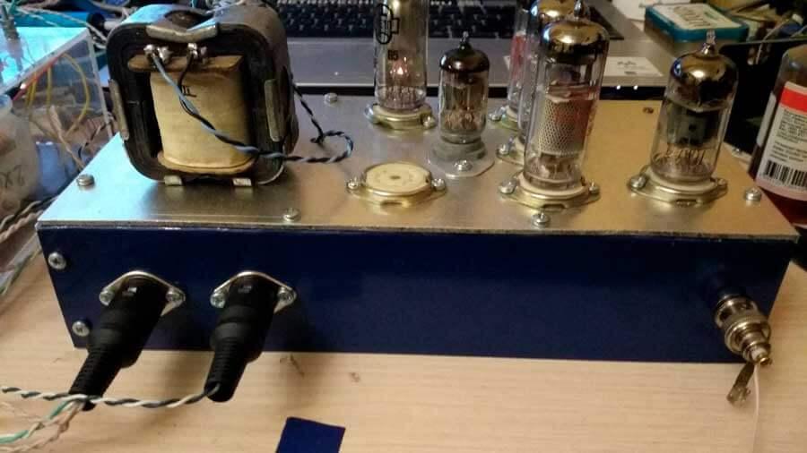 FM-радиоприемник на лампах. Вид сзади.