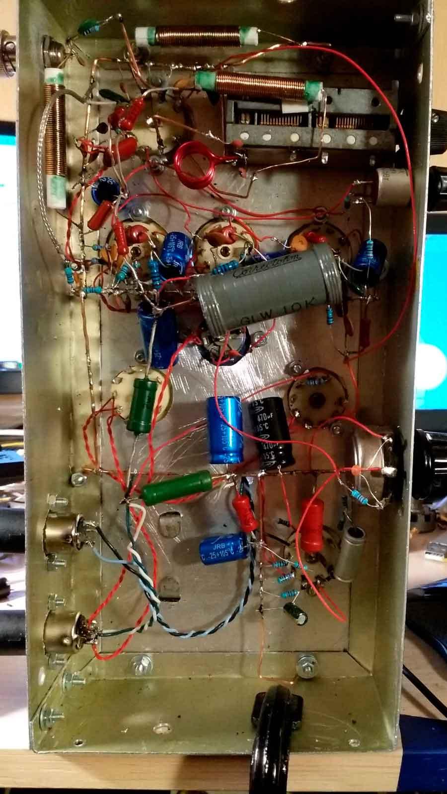 FM-радиоприемник на лампах. Вид снизу.